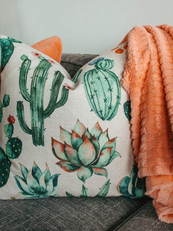 Ideas para cubrir el sofá con estilo