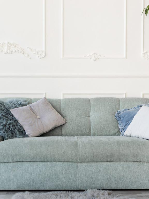Cómo decorar el salón según el color del sofá
