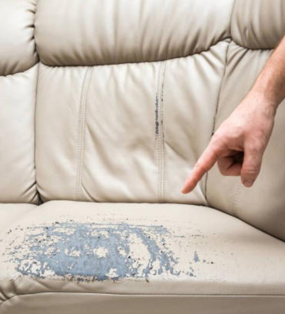 ¿Cómo puedo quitar arañazos de un sofá de cuero?