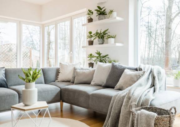 ¿Cómo combinar un sofá gris? Colores en pared y cojines