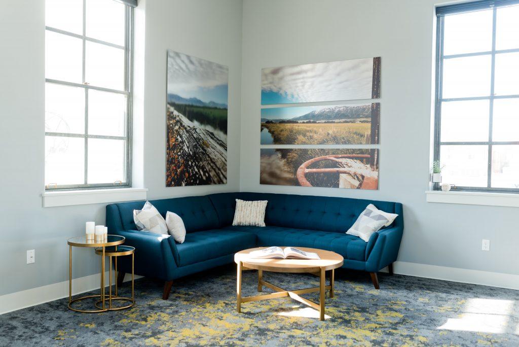 sofá-azul-marino-elegante