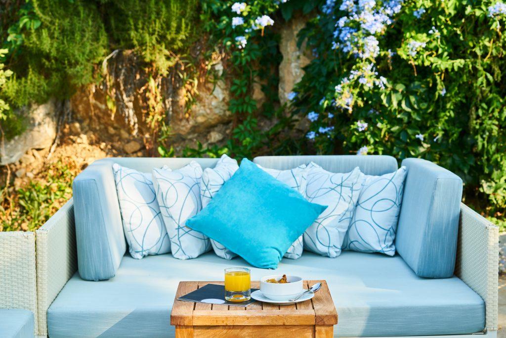sofá-azul-jardín